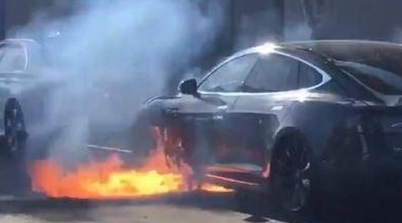 Tesla car went in flames in the middle of the road, because